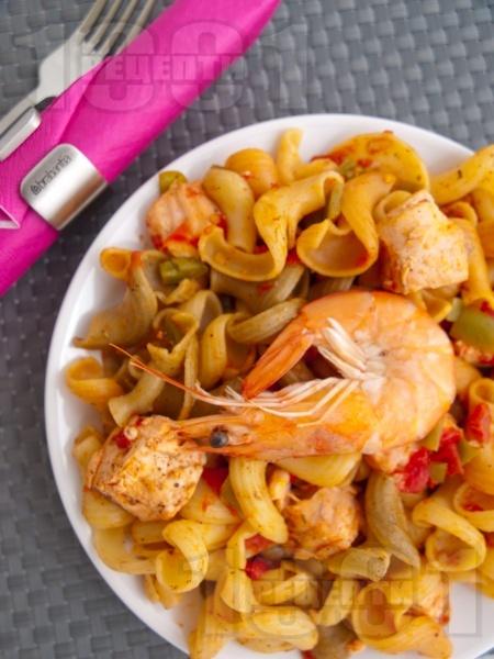 Паста със зеленчуци, сьомга и скариди - снимка на рецептата